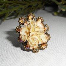 Bague originale strass  en cristal et fleurs écrues sur métal bronze