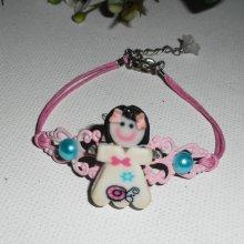 Bracelet enfant poupée avec cabochons bleus estampe rose sur cordon en coton ciré