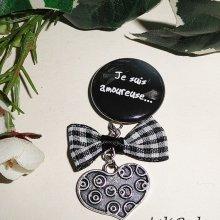 Broche message 'je amoureuse' avec noeud et goutte en cristal