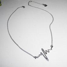 Collier avec électrocardiogramme, 'son dernier battement de coeur'