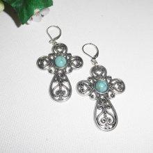 Boucles d'oreilles croix originale en métal argentavec pierres turquoise centrale