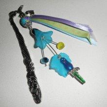 Marque pages perle fleurie avec perroquet en émail et perles bleues vertes