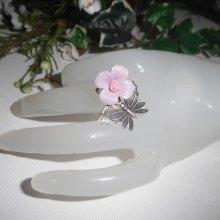 Bague originale en argent 925 avec fleur mauve en porcelaine et papillon
