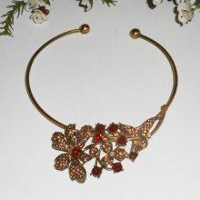 Collier original en métal soudé avec fleurs en strass ambre