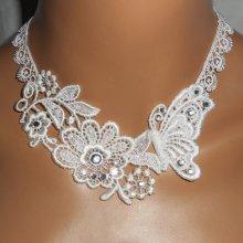 Collier de Cérémonie fleur et papillon en dentelle blanche avec cristal de Swarovski et perles