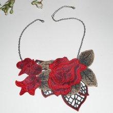 Collier broderie de roses rouges avec feuillage sur chaine noire