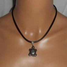 Pendentif  tortue en pierre d'hématite sur cuir noir