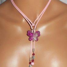 Collier lacet en daim avec papillon rose