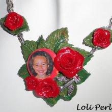 Collier de roses rouges en argile avec photo au choix sur chaine argent
