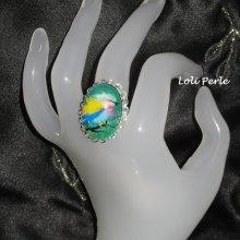 Bague cabochon oiseau multicolore sur anneau en métal argent