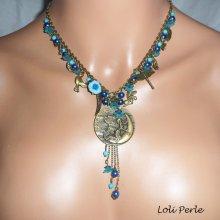 Collier médaille fée pampilles avec pierres bleues et fleurs sur chaine bronze