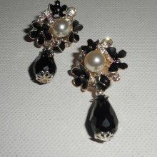 Boucles d'oreilles motif floral en émail noir et blanc avec gouttes en cristal noir
