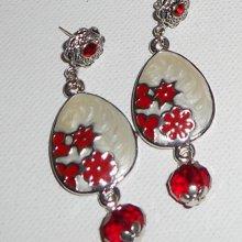 Boucles d'oreilles motif floral en émail avec perles en cristal rouge