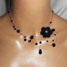 Collier aérien en cristal noir avec fleur crochetée sur fil cablé