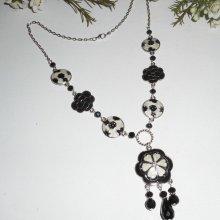 Collier en émail noir et blanc avec perles en cristal