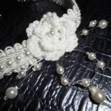 Collier fleur blanche au crochet sur galon fantaisie brodé avec perles de verre