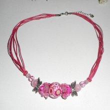 Collier perle fleurie rose avec perles en cristal sur cordon rose