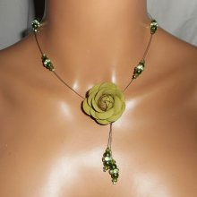 Collier câblé cristal et perles de verre nacré vert avec rose en cuir