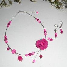 Parure Collier câblé avec rose en argile rose fuchsia et perles de verre