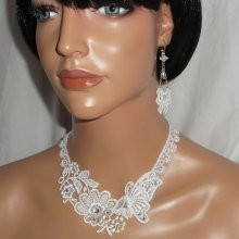Parure Collier de Cérémonie fleur et papillon en dentelle blanche avec cristal de Swarovski et perles