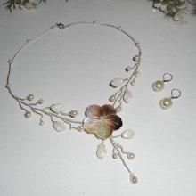 Parure Collier aerien avec fleur en nacre et perles de verre écru