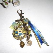Bijoux de sac/porte clefs personnages humour avec perles en  verre bleu et jaune et rubans