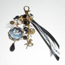 Bijoux de sac/porte clefs chevaux gris avec perles en cristal blanc et noir et rubans