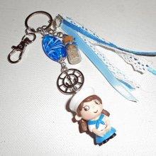 Porte clés/Bijoux de sac perle en verre bleu et petite matelot avec rubans