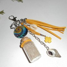 Porte clés/Bijoux de sac palet de nacre bleu jaune avec bouteille coquillage et dauphin