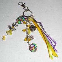 Porte clés/Bijoux de sac poupée jaune avec perles et rubans multicolores