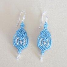 Boucles d'oreilles  bleu clair en micro-macramé avec crochets en argent 925