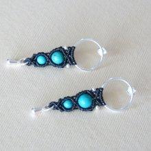 Paire de boucles d'oreilles  en micro-macramé noires avec crochet en argent et des perles turquoises