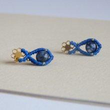 Paire de boucles d'oreilles  en micro-macramé bleu roi
