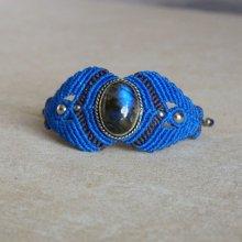 Bracelet manchette en micro-macramé bleu roi et marron avec une pierre naturelle, la labradorite