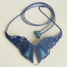 Collier  'papillon' en micro-macramé bleu
