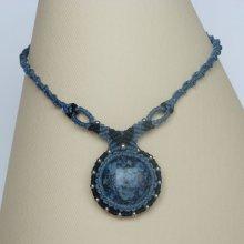 collier en micro-macramé bleu jeans/noir avec un pendentif en verre