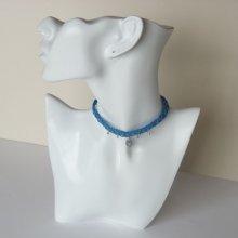 Collier ras-du-cou en micro-macramé bleu