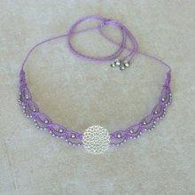 Collier ras-du-cou en micro-macramé violet avec un intercalaire ajouré en acier inoxydable