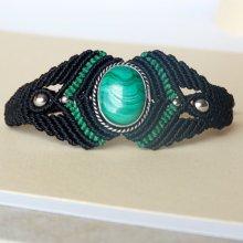 Bracelet manchette en micro-macramé noir et vert  avec une pierre naturelle, la malachite