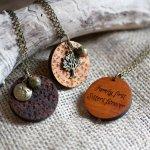 Pendentif en bois gravé coeur en céramique