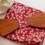 Pochette Liberty Rouge et noeud papillon en bois personnalisable