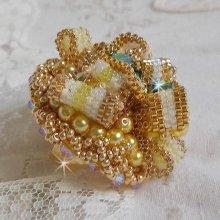 Bague brodé Haute-Couture plaqué or 24 carats, perles nacrées et cristaux de Swarovski.