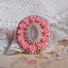 Bague romantique Parisian Roses, un cabochon en quartz orné de roses.