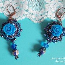 Boucles d'oreilles baroque brodées avec des roses en résine façon Roses Bleues Royales