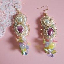 Boucles d'oreilles Envolée Fleurie, cabochons et perles nacrées avec ses rocailles Miyuki.