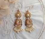 Boucles d'oreilles Reflets de Rosée, broderie de perles nacrées et rocailles.
