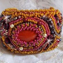 Bracelet brodé avec une pierre de gemme façon Jaspe rouge.