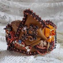 Bracelet manchette Chic Boho Ethnique Les Rêves d'Acapulco, un teint cuivré brodé sur du cuir.