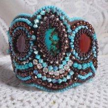 Bracelet manchette Haute-Couture avec une pierre de gemme brodé Turquoise.