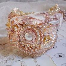 Bracelet manchette avec des perles de culture d'eau douce, perles nacrées brodées façon Poudre de Riz